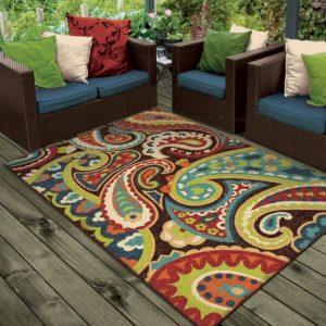 Thảm ngoài trời với đường nét hoa văn và màu sắc độc đáo lạ mắt