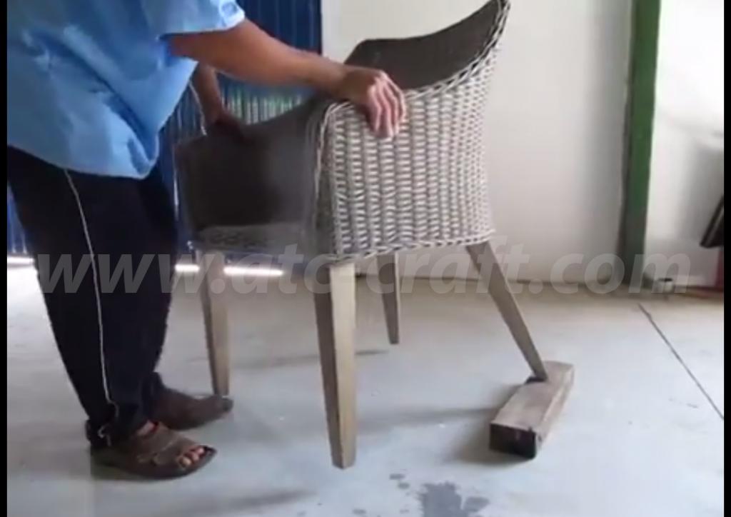Đặt chân ghế cần sửa chữa lên trên miếng gỗ