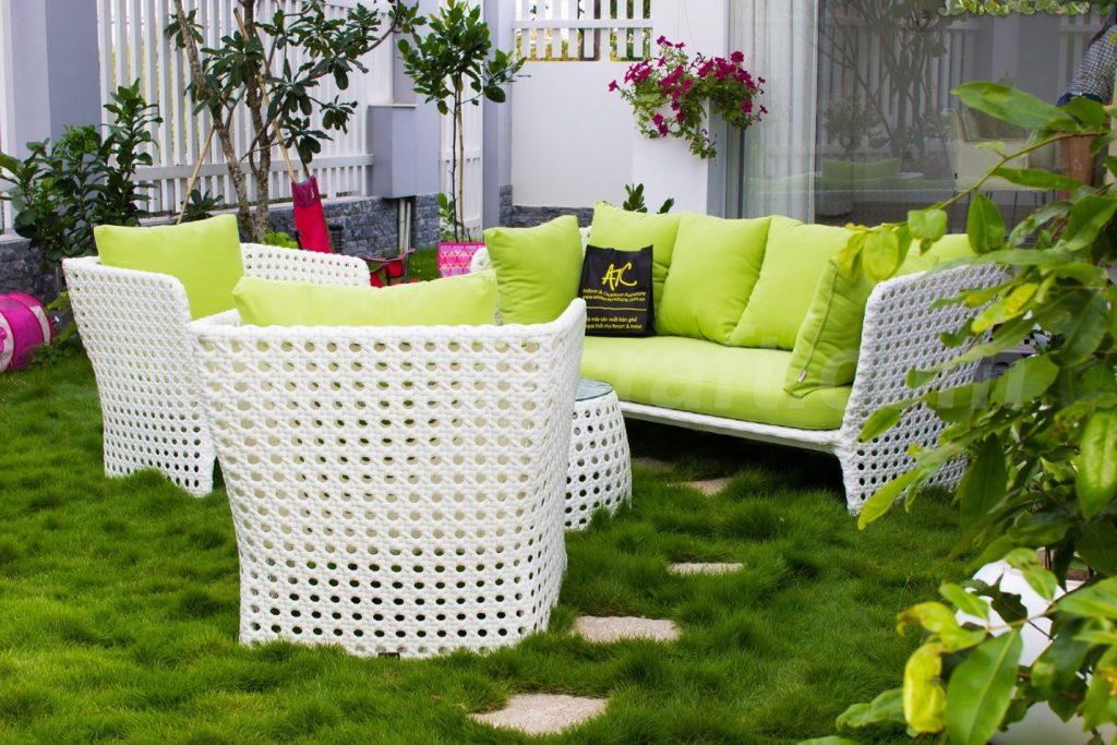 Sự phối hợp hài hòa giữa màu xanh và trắng, kết hợp tốt với không gian sân vườn và làm cho mọi người cảm thấy thư giãn