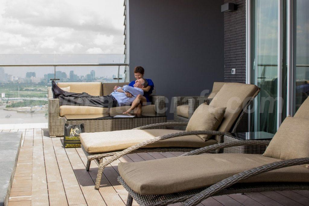 Khách hàng đã chọn lựa ghế xích đu và giường tắm nắng mây nhựa từ ATC Furniture để bài trí khu vực thư giãn