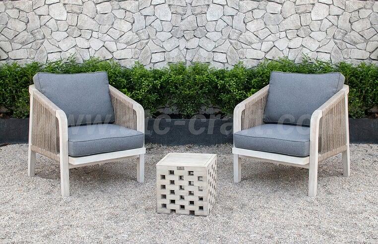 Chiếc bàn nhỏ làm từ gỗ với thiết kế hình khối độc đáo kết hợp hài hòa với ghế có chi tiết dây thừng tạo điểm nhấn cho không gian