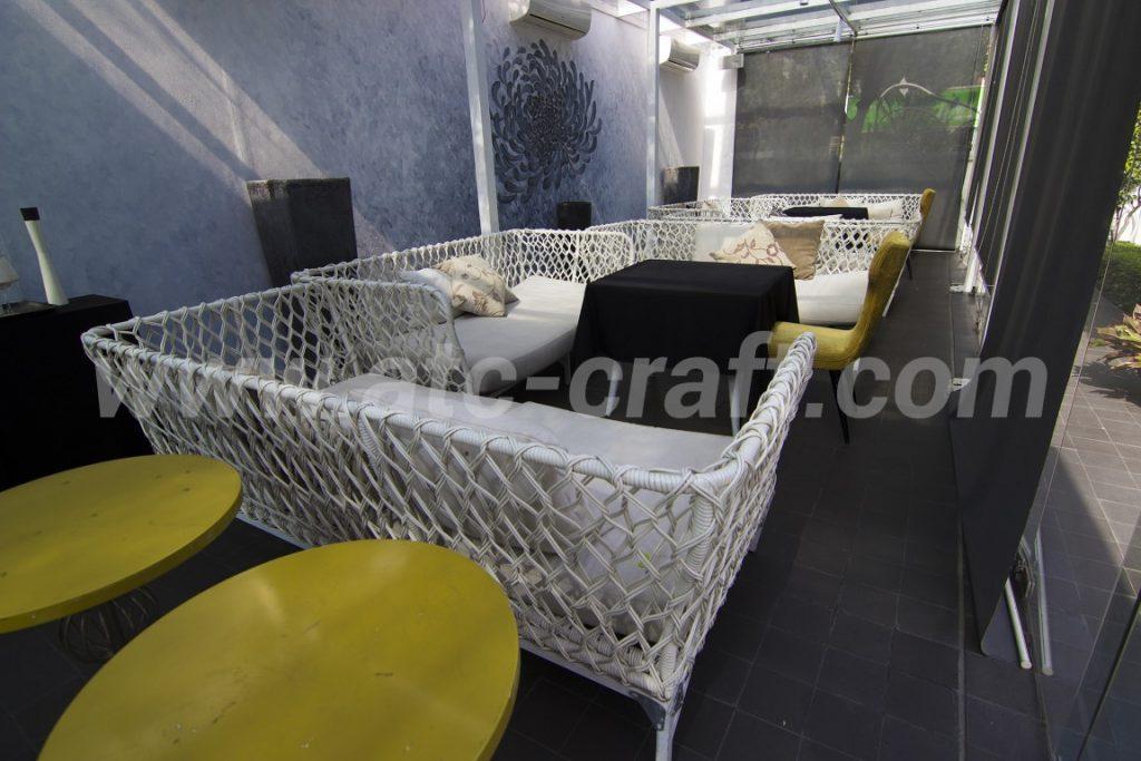 Màu trắng sang trọng cho bàn ghế quầy bar của LY Club