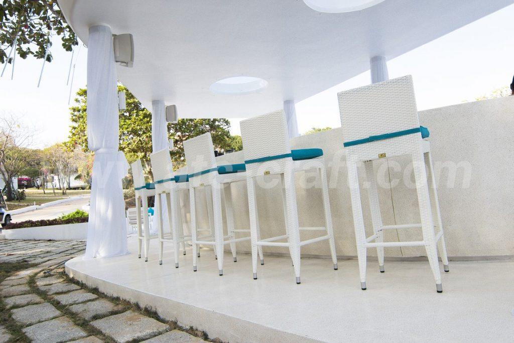 Sự phối hợp màu xanh và trắng trong bàn ghế quầy bar ALMA OASIS