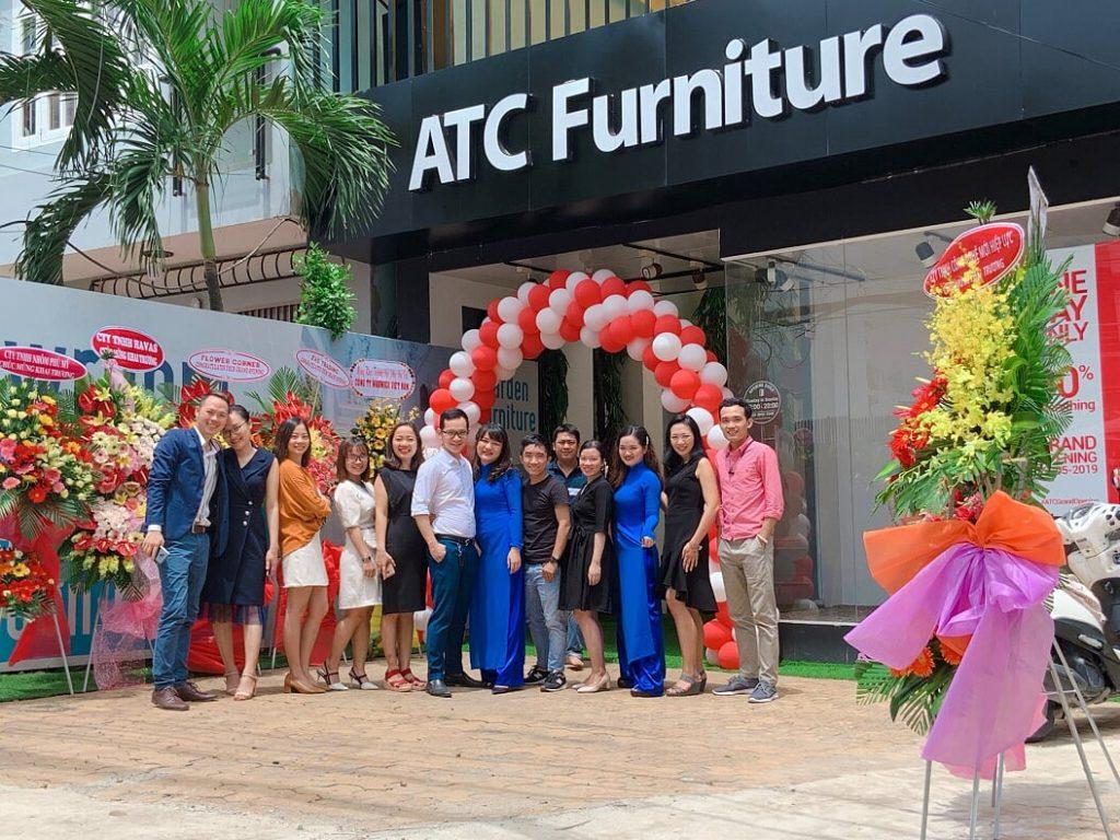 Đội ngũ nhân viên ATC Furniture trong ngày hai trương cửa hàng nội thất quận 2