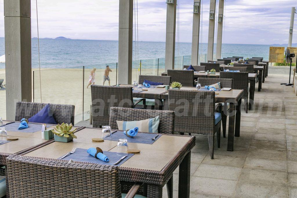 Nội thất khu du lịch nghỉ dưỡng biển - nhà hàng với bàn ghế mây nhựa